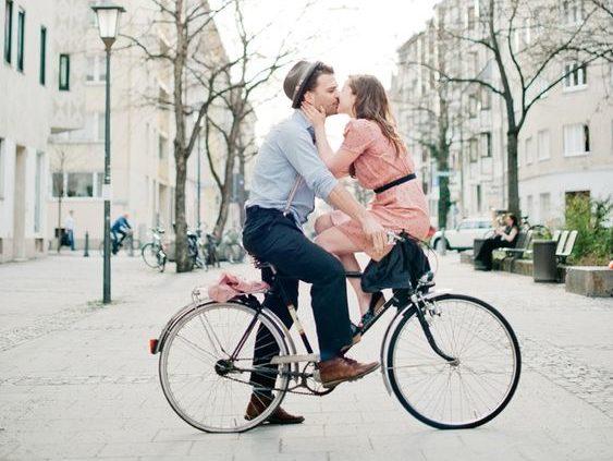 passeio de bicicleta a dois